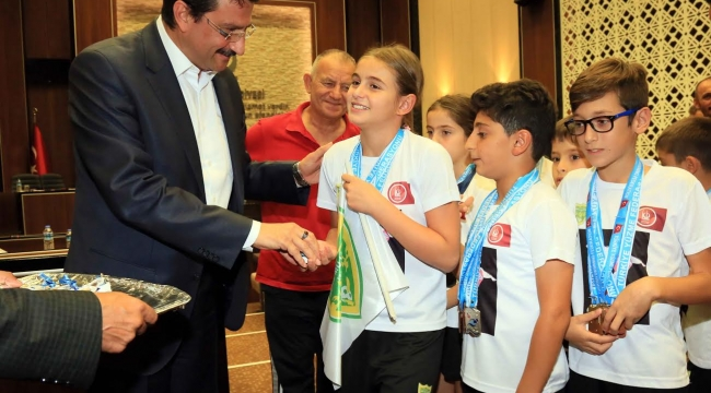 Mustafa Ak minik Şampiyonları Kabul Etti