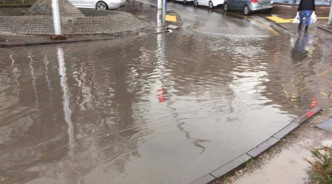 Ankara'da Başlayan Sağanak Yağış Sokakları Göle Çevirdi
