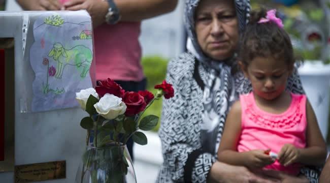 Bayram Arefesinde Duygulandıran Görüntü... Şehit Yakınları Mezarlıkları Ziyaret Etti