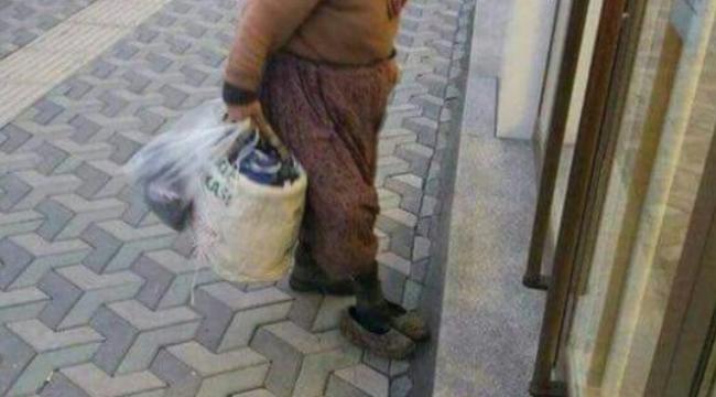 Yürek Burkan Tablo! Çamurlu Ayakkabılarını Çıkarıp Bankaya Girdi...