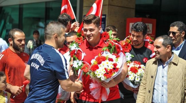 Milli Güreşçimiz Rıza Kayaalp'e Ankara'da Coşkulu Karşılama