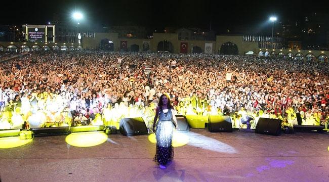 Ankaralılar Etimesgut'a Akın Etti... Yıldız Tilbe'den 150 Bin Kişiye Konser!