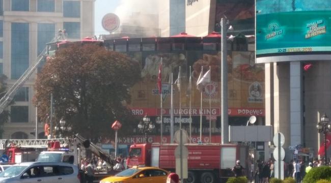 Kızılay'da AVM'de Yangın! Vatandaşlar Tahliye Edildi...
