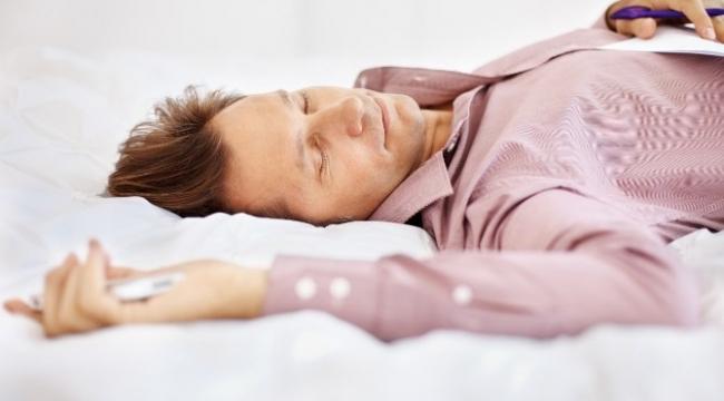 Sık Uyanıyor, Düzensiz Uyuyorsanız Dikkat! Kalp Krizi Uykudayken de Yakalar