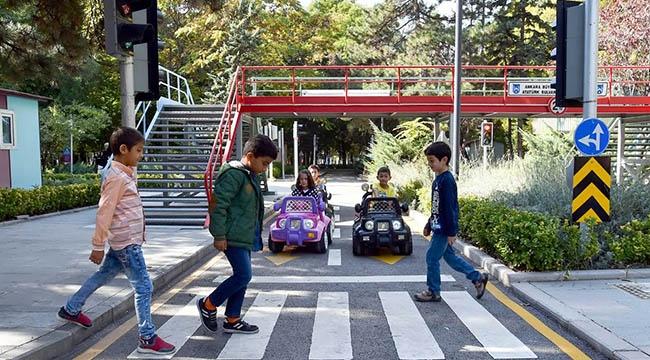 MİNİKLER DİREKSİYON BAŞINDA! Büyükşehir'den Çocuk Yaşta Trafik Eğitimi...