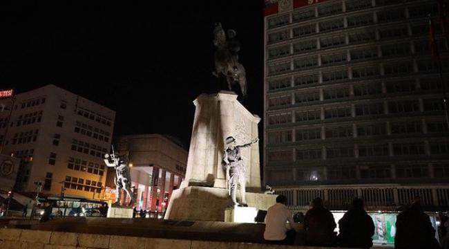 Ulus Atatürk Heykelinin Gece Aydınlatması Tartışmaya Neden Oldu