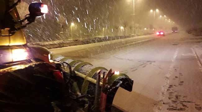 Ankara'da Buzlu Yol Kazaya Neden Oldu! Büyükşehir'e Ait Tuzlama Aracı Devrildi...