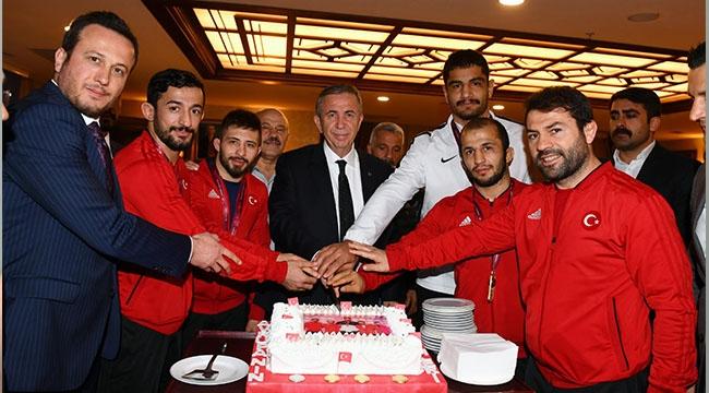 Yavaş'tan Pastalı Kutlama... ASKİ'li Güreşçiler Avrupa'da Rekor Kırdı...