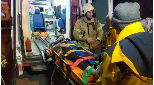 Başakşehir'de hafif ticari araç ile çarpışan otomobil takla attı: 3 yaralı