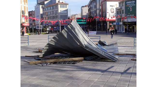 Esenler'de uçan çatı yoldan geçen kadının üzerine düştü