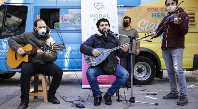 Korona virüse karşı moral timi: Sokak sokak gezip konser veriyorlar