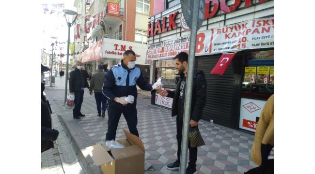 Sincan Belediyesi vatandaşlara maske dağıtıyor