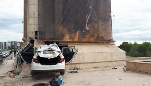 Jandarmadan kaçan araç şehrin giriş kapısına ok gibi saplandı