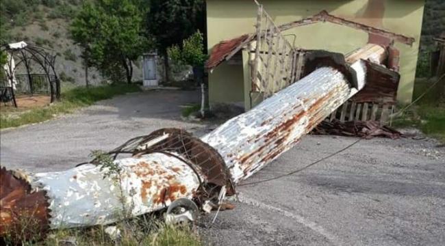 Nallıhan'da bir evin çatısına minare düştü