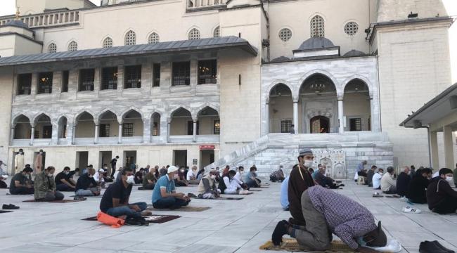 Ankara Kocatepe Camisi'nde sosyal mesafeli bayram namazı