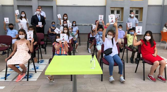 'Arkadaş' kitabı Ankara'da öğrencilere dağıtıldı