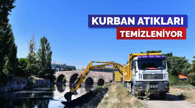 Büyükşehir Ankara Çayı'na atılan kurban atıklarını temizliyor
