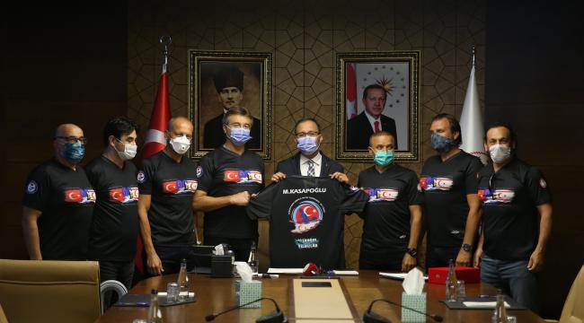Bakan Kasapoğlu Kıbrıs'a kadar yüzen sporcularla bir araya geldi