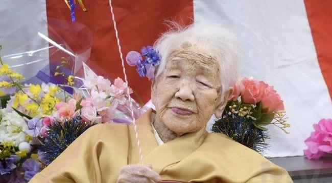 Dünyanın en yaşlı insanı, kırdığı yeni rekoru en sevdiği içecekle kutladı