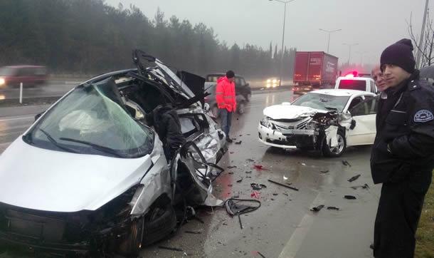 Bursada Hamile Kadının Aracı, Karşı Şeride Geçen Otomobille Çarpıştı: 1 Ölü, 3 Yaralı