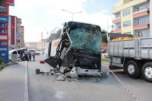 Yozgat'ta Otobüs Park Halindeki TIR'a Arkadan Çarptı: 1 Ölü, 1 Yaralı